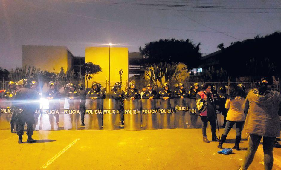 La noche de ayer se registraron nuevos enfrentamientos en los exteriores de la UNMSM. Los alumnos se oponen a que cedan terrenos. (Hugo Pérez / GEC)