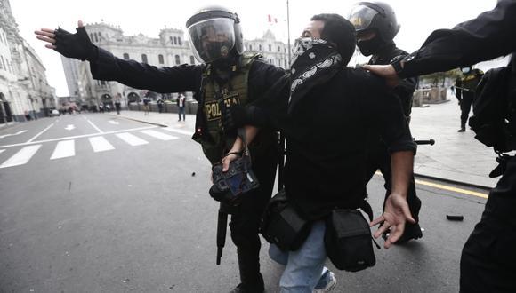 El martes, César Campos, reportero gráfico del Grupo El Comercio, fue víctima de la represión policial cuando cubría las manifestaciones en la plaza San Martín. (Fotos : Jesús Saucedo / @photo.gec)