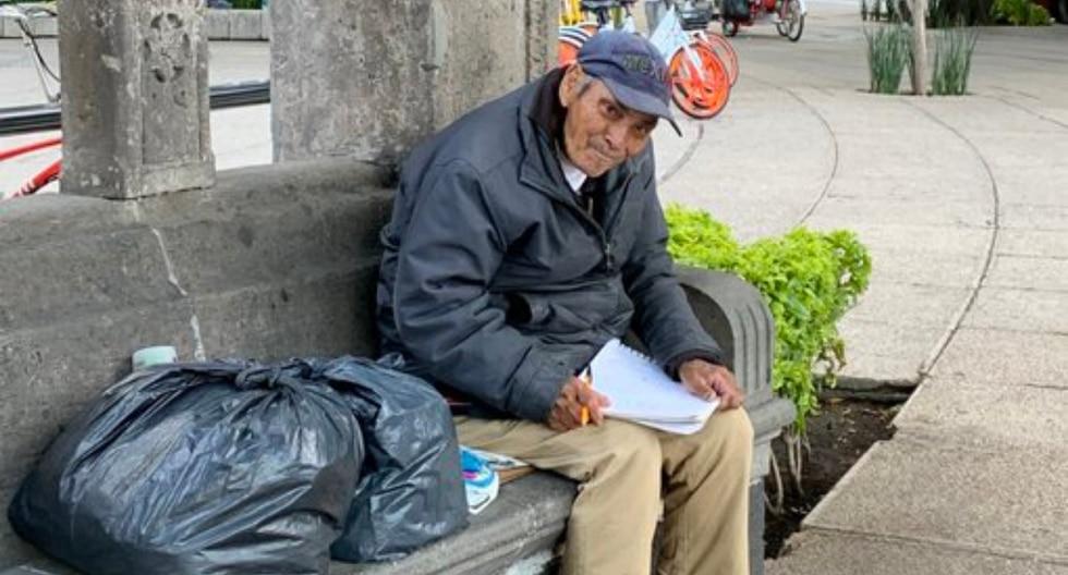 La historia de Don Baldemar, un anciano sin hogar que vende sus dibujos para sobrevivir, se volvió tendencia en redes sociales. (Fotos: @cosmonaute en Twitter)