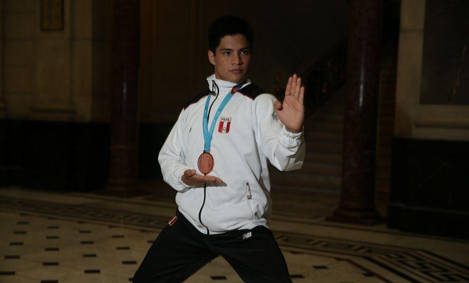 Mariano Wong visitó las instalaciones de El Comercio, luego de obtener la medalla de bronce en los Juegos Panamericanos. (Foto: Alonso Chero)