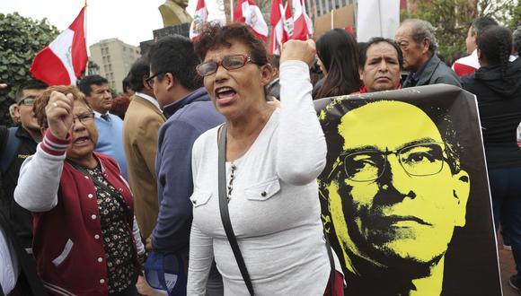 Un puñado de personas protestó en el centro de Lima días después de la disolución del Congreso. (AP)