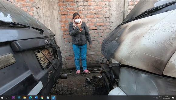 El auto que fue incendiado y el camión dañado  esta madrugada pertenían al esposo de la señora Celia Capira. (Foto: Jasson Ticona)