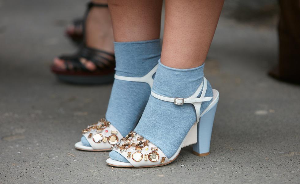 Los calcetines al descubierto se han vuelto una nueva forma de complementar nuestro look,, ya sea cuando utilicemos una falda o un pantalón. Recorre la galería y mira esta tendencia con más detalle. (Foto: Shutterstock)