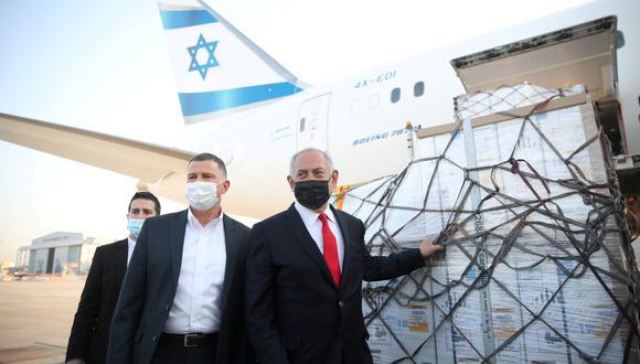 El primer ministro Benjamin Netanyahu recibiendo los aviones que contienen las dosis de vacunas Pfizer-BioNTech contra el coronavirus. (Foto: Reuters)