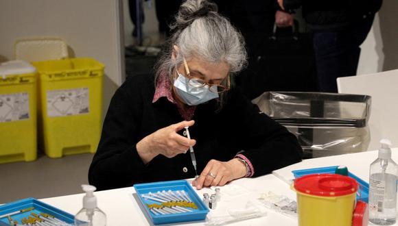 Una enfermera prepara una dosis de la vacuna contra el coronavirus en París. AFP