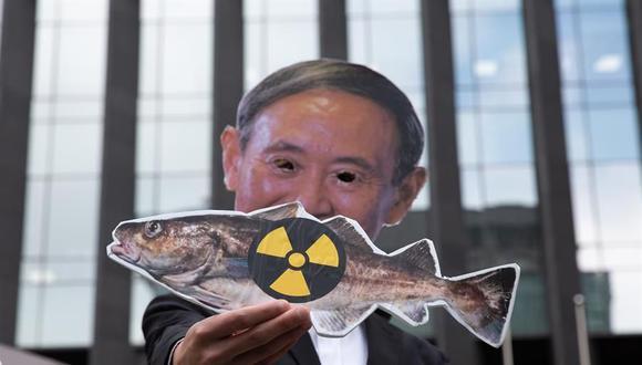 Un miembro de un grupo ambientalista lleva una máscara del primer ministro de Japón, Yoshihide Suga, durante una protesta contra la liberación de agua radiactiva de Fukushima al mar. (EFE / EPA / JEON HEON-KYUN).