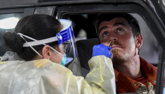 Un miembro de la Fuerza de Defensa de Australia toma una prueba de coronavirus COVID-19 en Melbourne el 27 de junio de 2020. (Foto de William WEST / AFP).