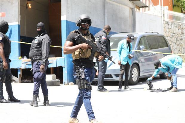 Los miembros de la policía y los forenses de Haití buscan evidencias afuera de la residencia presidencial. (Foto de VALERIE BAERISWYL / AFP).
