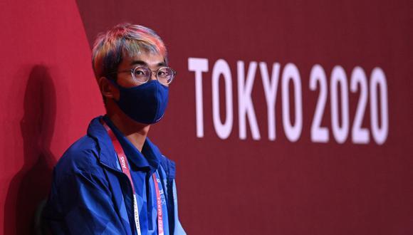 Un voluntario que usa mascarilla contra el coronavirus covid-19 observa durante el partido de balonmano entre Brasil y España de los Juegos Olímpicos de Tokio 2020. (Foto de Daniel LEAL-OLIVAS / AFP).