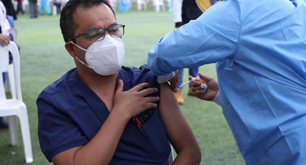 El 9 de febrero, el Minsa inició el proceso de vacunación en el país utilizando dosis de Sinopharm para inmunizar al personal de salud. Según un estudio reciente del INS sobre esta población, la eficacia del antídoto para evitar casos graves y muertes fue del 94%. (Foto: GEC)