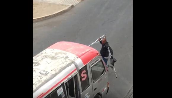 Si el sujeto no recibía apoyo económicamente destrozaba los parabrisas de las unidades de transporte. (Captura de video)