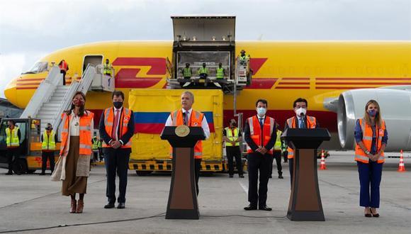 El presidente de Colombia, Iván Duque, recibe las primeras 50.000 dosis de la vacuna de Pfizer contra el coronavirus. (EFE).