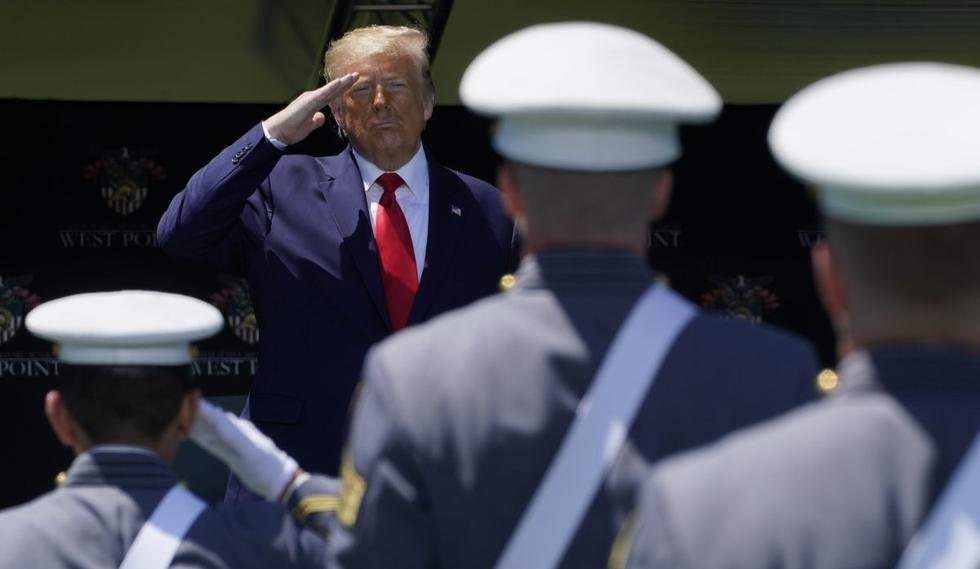 Acusado de politizar al ejército de Estados Unidos, Donald Trump se mantuvo este sábado alejado de toda polémica con el Pentágono durante la ceremonia de graduación de la prestigiosa academia militar de West Point, cerca de Nueva York. (AFP /TIMOTHY A. CLARY)