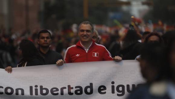 """En el cartel que sostenía Salvador del Solar se leía: """"Educación con libertad e igualdad para todos y todas. ¡Defendamos el enfoque de género! (Foto: Renzo Salazar)"""