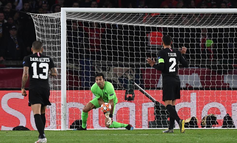 Manchester United vs. PSG: el blooper de Buffon que aprovechó Lukaku para marcar el 2-1 en la Champions League. (Foto: AFP/Reuters)