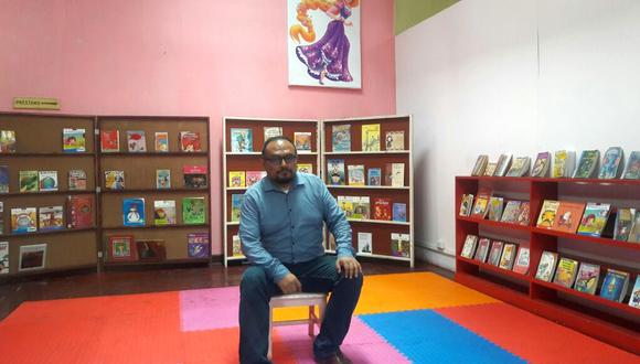 El bibliotecólogo Sandro Tucto en la sala de lectura para niños.   (Foto: Ana Briceño / El Comercio)