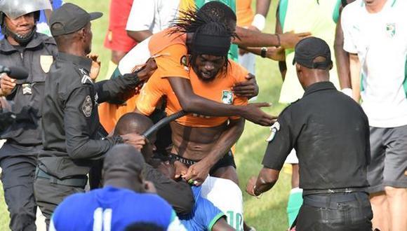 Copa Africana: casi desnudan a Gervinho en plena celebración