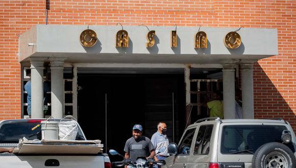 Hombres trabajan en la construcción de un nuevo casino en Las Mercedes, Caracas, Venezuela, el 16 de septiembre de 2021. (EFE/ Rayner Peña R).