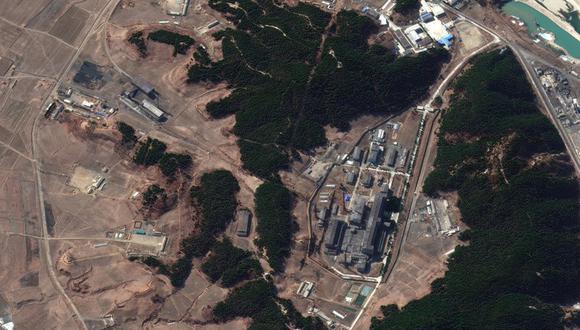 En esta imagen satelital del 2 de marzo de 2021 proporcionada por Maxar Technologies se muestra una central de vapor (izquierda) y el principal complejo nuclear de Corea del Norte (derecha), en Yongbyon. (Satellite image ©2021 Maxar Technologies via AP).