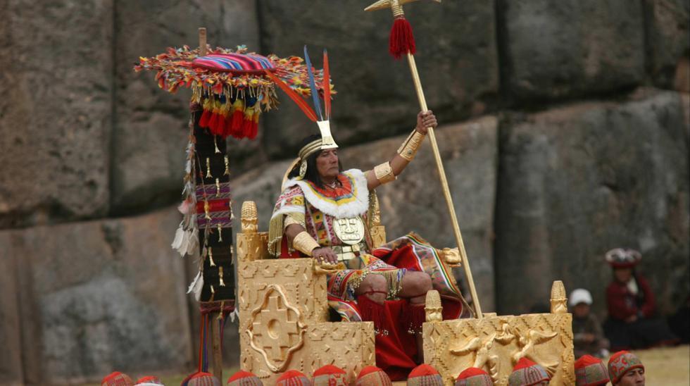 """El 24 de junio de todos los años, con la sinfonía de los pututos, se da inicio a la esperada ceremonia del fastuoso Inti Raymi. Nutridas ovaciones y generosos aplausos del público local y extranjero forman parte del rito que con ocasión del solsticio de invierno se monta en el escenario del """"ombligo del mundo"""". La tradicional recreación de la Fiesta del sol empieza en el histórico templo del Koricancha y continúa en la Plaza de Armas del Cusco para culminar junto a las enormes piedras del colosal Sacsayhuamán. En esta imagen del fotógrafo Juan Ponce apreciamos al imponente inca, quien encabezó el incomparable evento realizado el 2006. (Foto: GEC)"""