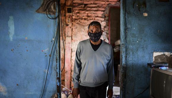 Raúl Almirón, sobreviviente de coronavirus Covid-19, posa para una foto en su casa de Florencio Varela, provincia de Buenos Aires, Argentina, el 13 de abril de 2021. (Foto de RONALDO SCHEMIDT / AFP).