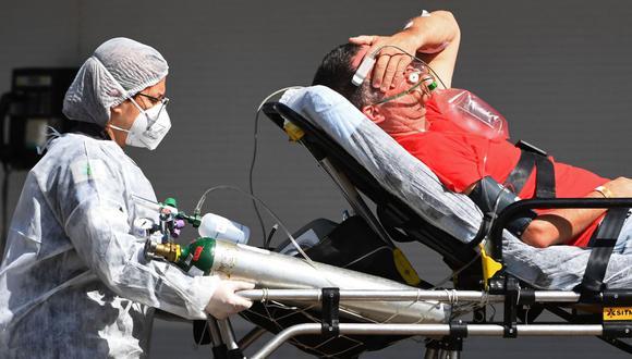Un paciente de coronavirus llega en ambulancia a un hospital público en Brasilia, Brasil, el 15 de marzo de 2021 en medio de la pandemia del nuevo coronavirus. (EVARISTO SA / AFP).