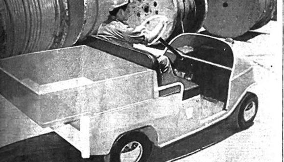 """Única foto encontrada en nuestros archivos sobre el pequeño auto eléctrico que llegó a Lima en 1972. Fue solo un amago o un tímido intento de transformar el uso de vehículos con motor a combustión por estos de energía """"más limpia"""". El mercado automotor estaba dominado por el uso de la gasolina. Recordemos, sin embargo, que un año después se iniciaría la famosa Crisis del petróleo, un campanazo de alerta sobre lo inestable que podía ser para el mundo la dependencia de este tipo de combustible.. (Foto: GEC Archivo Histórico)"""