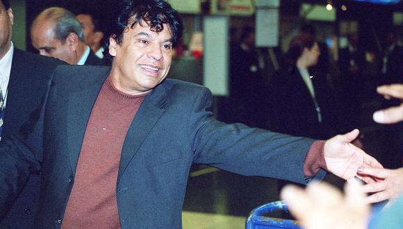 Juan Gabriel saludando al público peruano a su llegada al Aeropuerto Internacional Jorge Chávez. Lima, 08/05/2003 (GEC Archivo)