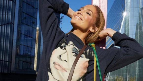 Jennifer López (nueva imagen de la marca Coach) ha sido la primera celebridad en lucir el sweater con el rostro de Barbra Streisand, intervenido por el artista pop Richard Bernstein. A la lista se han sumado las actrices Mila Kunis y Selma Blair. (Foto: Instagram @jlo)