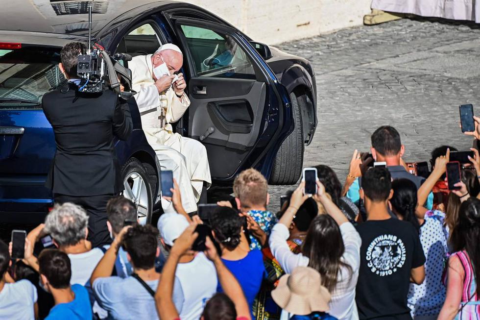 El Papa Francisco se quita la mascarilla por el coronavirus cuando llega en una automóvil para celebrar una audiencia pública limitada en el patio de San Dámaso en el Vaticano. (AFP / Vincenzo PINTO).