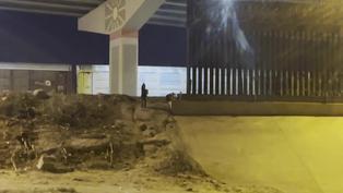 Niño es abandonado por su madre en frontera entre México y Estados Unidos
