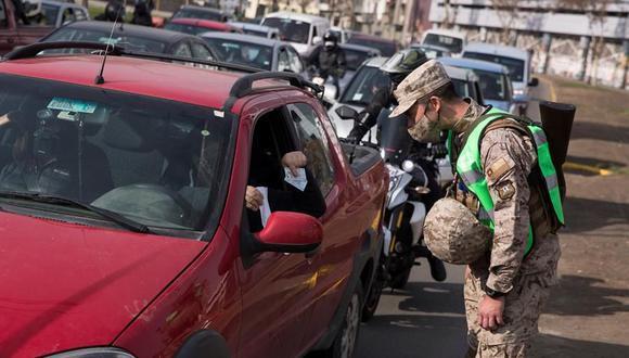 Militares realizan un control a conductores durante la cuarentena obligatoria ante el avance de la COVID-19 en Santiago de Chile. (EFE/Alberto Valdes).