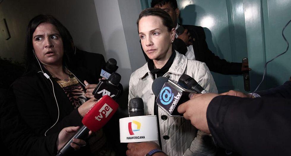 Luciana León declaró a la prensa luego de que la fiscalía concluyera el allanamiento de su departamento en San Isidro. (Foto: Hugo Pérez)