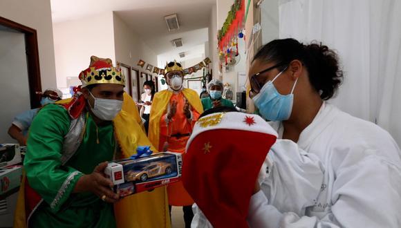 Médicos se disfrazan de Reyes Magos y llevan regalos a niños enfermos   VIDEO
