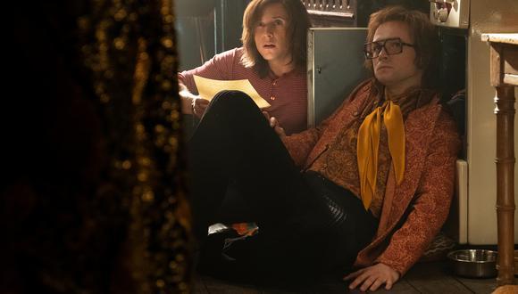 Elton John (Taron Egerton) y su letrista Bernie Taupin (Jamie Bell)