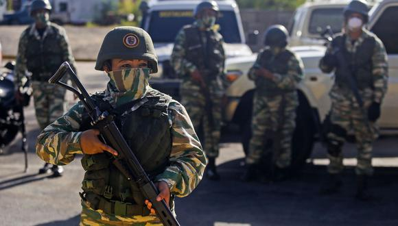 Los militares de la Guardia Nacional Bolivariana vigilan una autopista a la entrada de Caracas. Venezuela decretó la cuarentena en la capital y en otros seis estados para frenar el coronavirus. (AFP / CRISTIAN HERNANDEZ).