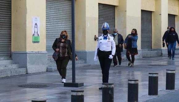 Imagen del 23 de diciembre de 2020 donde se observan comercios cerrados debido al semáforo rojo por la pandemia de coronavirus, en Ciudad de México (México). (EFE/José Pazos).