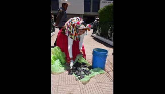 Vicepresidenta del comité de lucha contra la contaminación del río Coata, Maruja Inquilla Sucasaca, llegó a Puno para demostrar lo ocurrido. (Foto: Carlos Fernández)