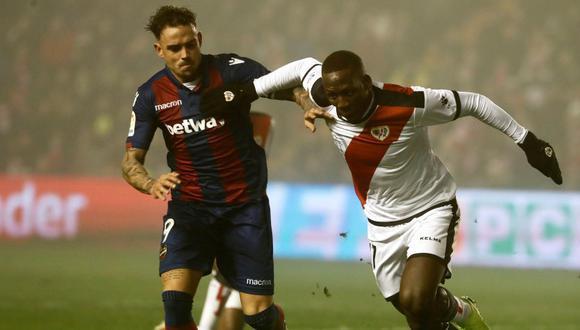 La expulsión de Luis Advíncula tendrá consecuencias de cara al resto de la temporada. (Foto: EFE)