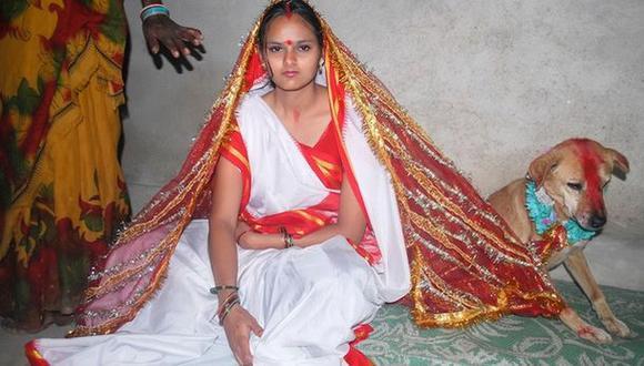 Una joven india se casa con un perro para alejar la mala suerte