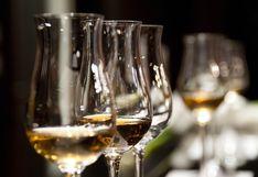 Pareja de esposos se divierte en cuarentena con copas de vino en singular juego de damas