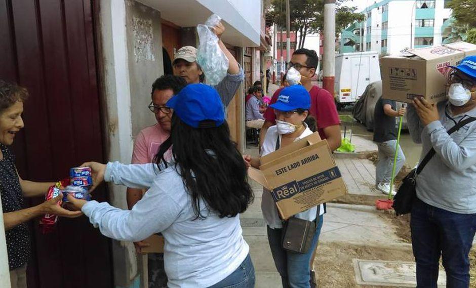 La entrega de los alimentos la efectuó personal de Sedapal. (Foto: Facebook)