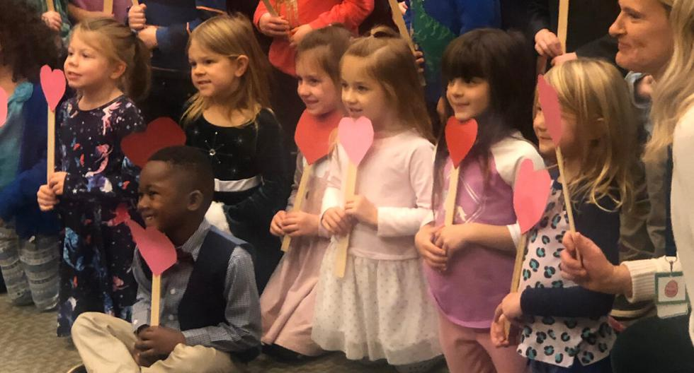 Un niño celebró con todos sus amigos del jardín de infantes que finalmente fue adoptado. (Foto: 13 ON YOUR SIDE en YouTube)
