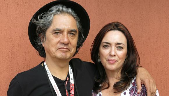 En esta foto de 5 de diciembre del 2015, el músico mexicano Armando Vega Gil posa junto a la escritora Beatriz Rivas. El hombre se suicidó tras ser acusado anónimamente por supuestamente haber acosado a una niña de 13 años. (AP).