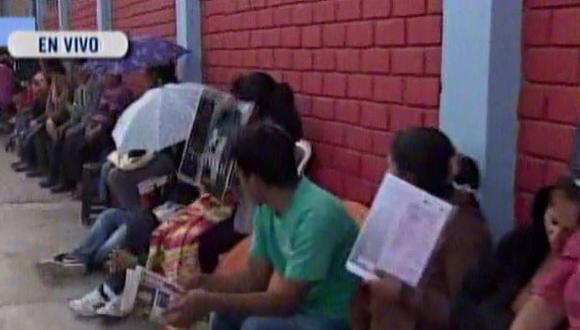 Padres se amanecen haciendo cola por matrícula en colegio