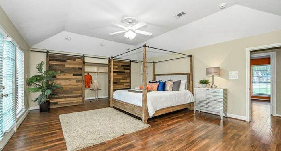 La casa tiene cuatro habitaciones, por lo que es perfecta para familias. El dormitorio principal tiene una puerta corredera de armario y pisos de madera. (Foto: Realtor)