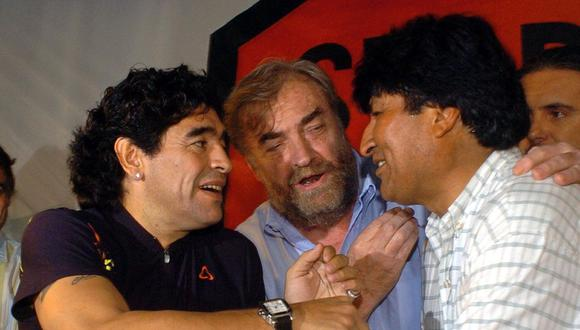 Diego Maradona habla con Evo Morales el 3 de noviembre del 2005 en la Estación Constitución en Buenos Aires. (AFP PHOTO / SEBASTIAO DE SOUZA: