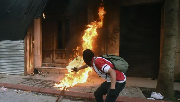 Manifestantes incendiaron parte del edificio del Congreso durante una protesta exigiendo la renuncia del presidente guatemalteco Alejandro Giammattei, en la Ciudad de Guatemala. (Foto: Orlando ESTRADA / AFP).