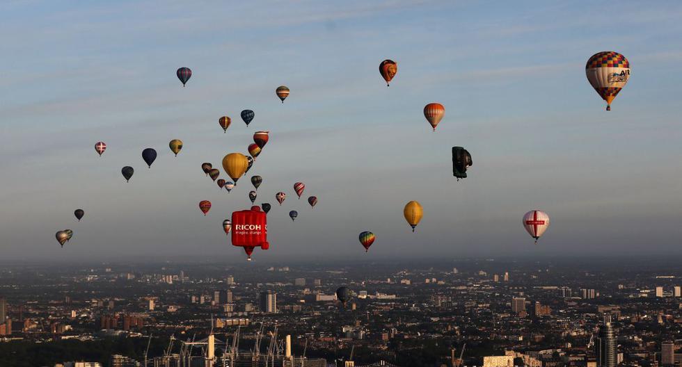 Globos aerostáticos llenan de color el cielo gris de Londres. (Foto: Reuters)