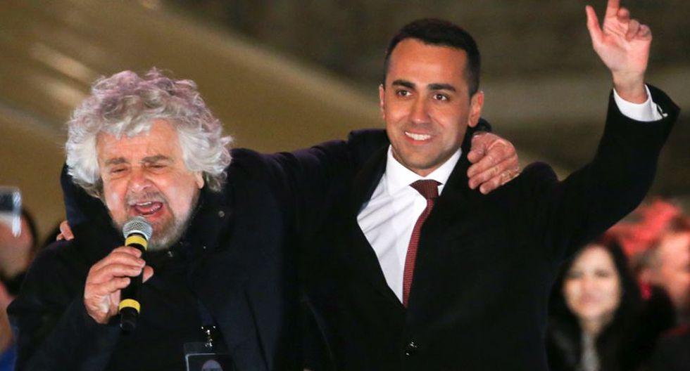Beppe Grillo (izq.) abraza a Luigi Di Maio, el actual líder y candidato del Movimiento 5 Estrellas. (Reuters)